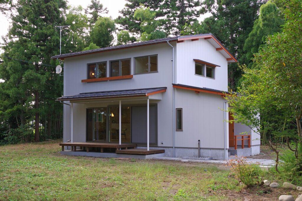 緑に包まれたおおらかな家