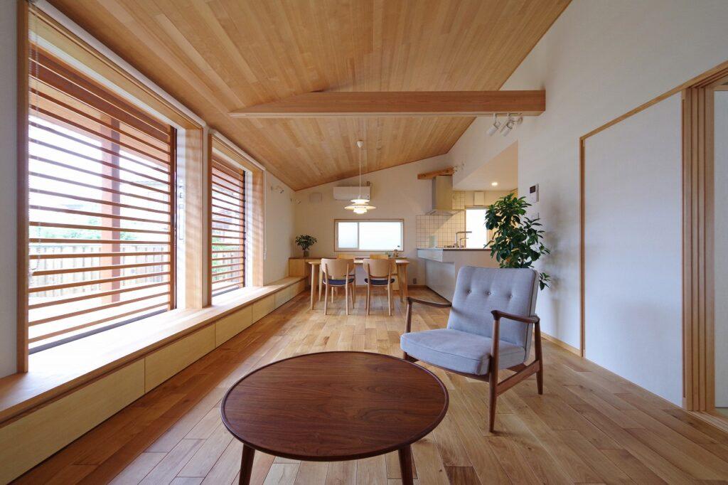のびやかな勾配天井の家
