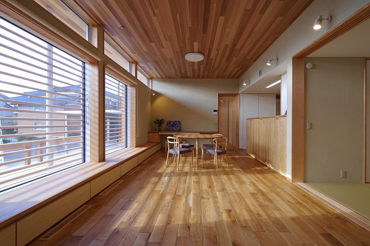 光と素材を感じる平屋ベースの家