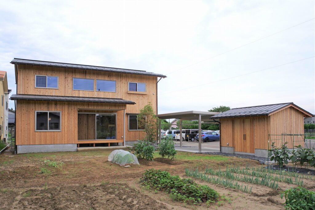 のびやかな吹抜けの杉板の家