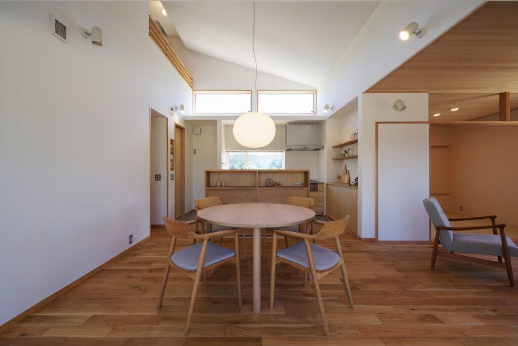 大屋根に守られてつながりを楽しむ家